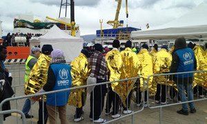 Personal de ACNUR recibe a sobrevientes del Mediterráneo en Messina, Sicilia. Foto: ACNUR/Marco Rotunno