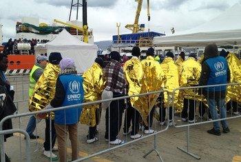 Le personnel de l'Agence des Nations Unies pour les réfugiés (HCR) accueille des survivants d'un naufrage sur quai du port de Messine, en Sicile (archive)
