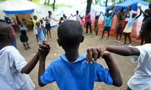Des enfants dans un camp pour personnes déplacées à Port-au-Prince, Haïti. Photo ONU/Sophia Paris