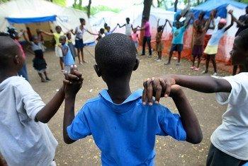 أطفال في مخيم للنازحين في بورت أو برنس، هايتي. المصدر: الأمم المتحدة / صوفيا باريس