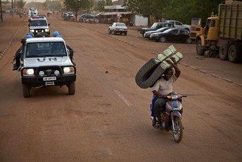 联合国马里多层面综合稳定特派团的卢旺达维和人员在该国北部的加奥巡逻。联合国图片/Marco Dormino