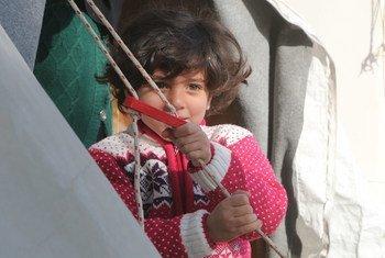 Une petite fille syrienne devant la tente de sa famille dans le camp de réfugiés Nizip 1, à Gaziantep, dans le sud de la Turquie.