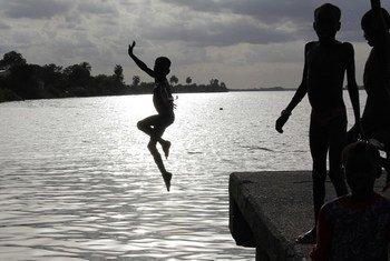 Un enfant sautant dans un fleuve en Gambie (archive).