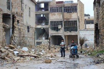 Watoto wakitafuta maji katika katika mji ulioharibiwa kwa vita, Aleppo