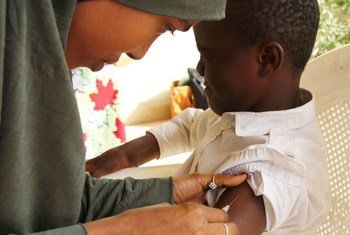 Un enfant est vacciné dans le cadre d'une campagne contre la rougeole dans le nord-est du Nigéria. Photo UNICEF Nigéria