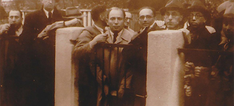 在立陶宛考纳斯的日本领事馆前等待签证的犹太人。