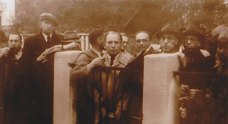 Judíos buscando visados enfrente del consulado japonés en Lituania.