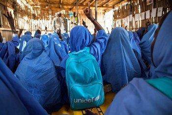 Des enfants à l'école dans un camp de déplacés à Maiduguri, dans l'Etat de Borno, au nord-est du Nigéria. Photo UNICEF/Naftalin
