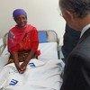 Aliyekuwa Mkurugenzi mkuu wa IAEA Yukiya Amano akikutana na mgonjwa wa saratani katika taasisi ya uchunguzi na tiba ya  saratani ya Ocean Road (ORCI)Tanzania