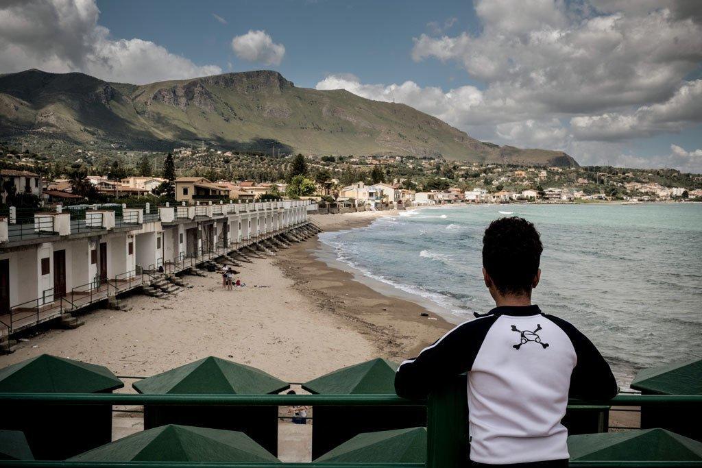 一名无人陪伴儿童在意大利海边遥望。儿基会图片/Ashley Gilbertson VII