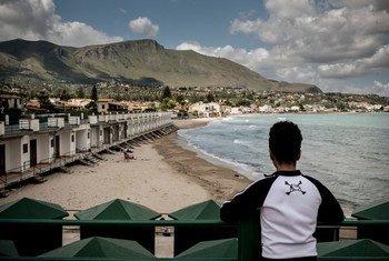 Un mineur non accompagné regarde la plage à Trabia, en Italie. Photo UNICEF/Ashley Gilbertson VII