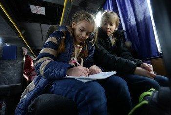 Le 1er février 2017, Vika et sa soeur Yulia attendent dans un bus d'être évacuées de la ville d'Avdiivka, dans la région de Donetsk, en Ukraine. Photo UNICEF/Aleksey Filippov