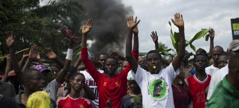 2015年5月4日,在布隆迪首都布琼布拉,抗议者在警察面前举起双手。