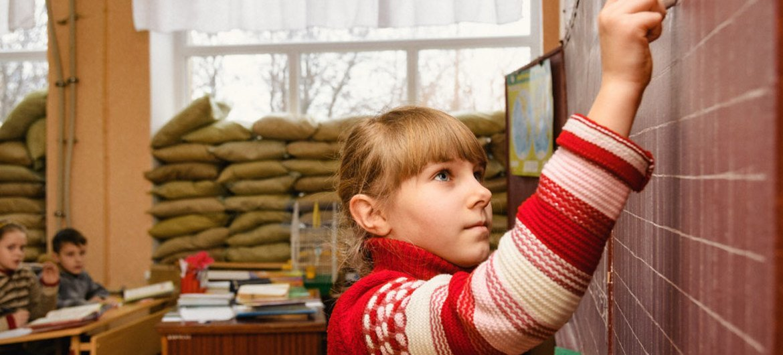 10-летняя Анжелина учится в четвертом классе школы №2 в Маринке в Донецкой области.