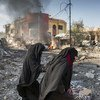 Взрыв  террориста-смертника  из числа ИГИЛ в Мосуле.  Женщины смогли  выбраться  из  своего  разрушенного  дома.