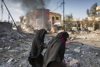 """伊拉克摩苏尔,极端组织""""伊黎伊斯兰国""""的自杀式汽车炸弹在住宅区爆炸,居民从遭到破坏的房屋中惊险逃生。"""