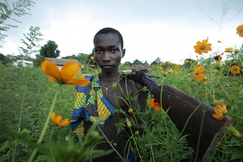 Un enfant avec un fusil dans le nord-ouest de la République centrafricaine. Le Bureau régional des Nations Unies pour l'Afrique centrale (ONUCA) s'efforce de résoudre les crises qui touchent la région.