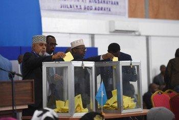 Des membres du Parlement en Somalie déposent leur bulletin de vote lors du scrutin présidentiel le 8 février 2017. Photo ONU/Ilyas Ahmed