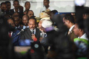 Le nouveau Président de la Somalie, Mohamed Abdullahi Farmajo, prête serment après avoir été déclaré vainqueur de l'élection présidentielle. Photo ONU/Ilyas Ahmed