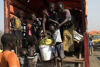 Des milliers de Sud-Soudanais ont fui vers les pays voisins, dont le Soudan et l'Ouganda. Ci-dessus, des réfugiés sud-soudanais descendent d'un camion au camp de Palorinya en Ouganda. Photo HCR/Michele Sibiloni (archives)