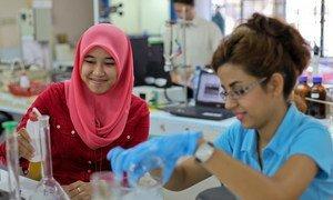 Des étudiantes dans un laboratoire universitaire à Serdang, en Malaisie. Photo Nafise Motlaq/Banque mondiale