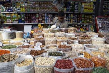 रोम के एक बाज़ार में, दालें और सूखे मेवे, बिक्री के लिये.
