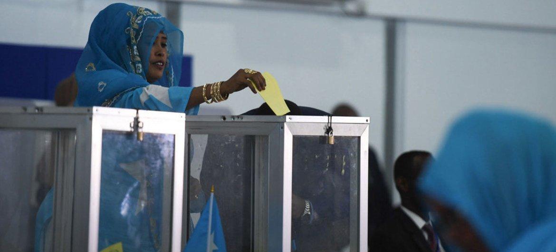 Une femme membre du Parlement fédéral somalien vote lors du premier tour de l'élection présidentielle à Mogadiscio le 8 février 2017 (archives)