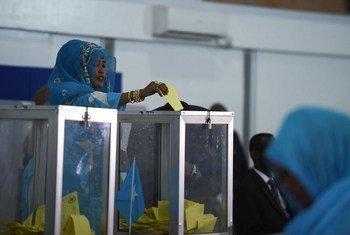 Une femme membre du Parlement fédéral somalien vote lors du premier tour de l'élection présidentielle à Mogadiscio le 8 février 2017.