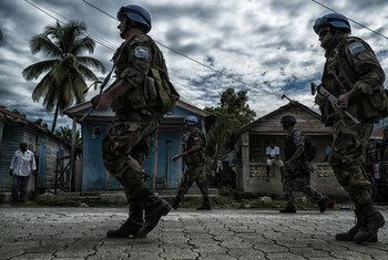 Military peacekeepers and UN police from the UN Mission in Haiti (MINUSTAH) work with Haitian National Police to train for a quick reaction force that can deploy to troubled areas at the request of the Haitian government. Photo Logan Abassi UN/MINUSTAH (file)