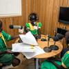 Wanafunzi wakiwa katika moja ya vipindi maalum kwenye Radio Miraya ya ujumbe wa Umoja wa Mataifa Sudan Kusini, UNMISS