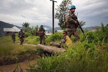 قوات حفظ السلام تقوم بدورية في المناطق الريفية في جمهورية الكونغو الديمقراطية (من الأرشيف) المصدر: بعثة منظمة الأمم المتحدة لتحقيق الاستقرار في جمهورية الكونغو الديمقراطية / سيلفان ليشتي