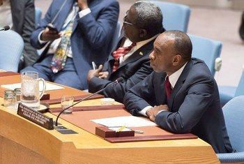 Le Représentant spécial du Secrétaire général et Chef du Bureau intégré des Nations Unies pour la consolidation de la paix en Guinée-Bissau (BINUGBIS), Modibo Ibrahim Touré (droite) briefe le Conseil de sécurité.