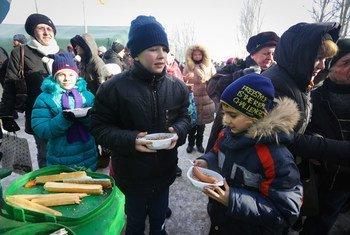 Le 1er février 2017, des enfants mangent un repas chaud dans un abri dans la ville d'Avdiivka, en Ukraine. Photo UNICEF/Aleksey Filippov