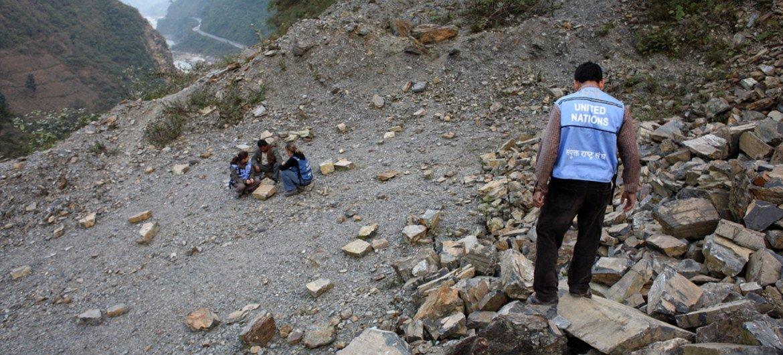 Des fonctionnaires du Haut-Commissariat des Nations Unies aux droits de l'homme discutent avec un membre de la communauté autochtone Chepang au Népal (archive)