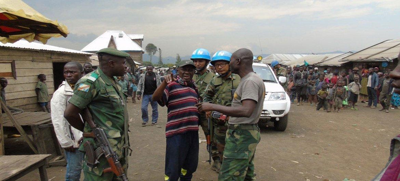 Des Casques bleus de la MONUSCO dialoguent avec la population locale dans la province du Nord-Kivu, en République démocratique du Congo, lors d'une mission à Kingi d'évaluation de la situation de sécuritaire.