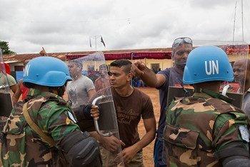 Des Casques bleus bangladais servant au sein de la Mission multidimensionnelle intégrée des Nations Unies pour la stabilisation en République centrafricaine (MINUSCA) .