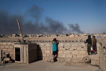 इराक़ के मोसूल नगर के दक्षिणी इलाक़े क़ैय्याराह से भागते समय आइसिल के लड़ाकों ने तेल कुछ कुँओं में आग लगा दी जिनसे निकलते धुएँ ने पर्यावरण को काफ़ी नुक़सान पहुँचाया.