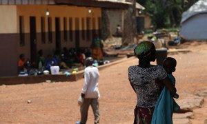 Une femme et son enfant à Bambari, en République centrafricaine. (archives) Photo OCHA/Gemma Cortes