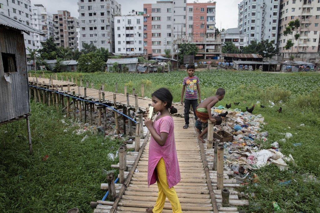 Vie quotidienne des résidents du bidonville de Sujat Nagar à Dhaka, au Bangladesh.