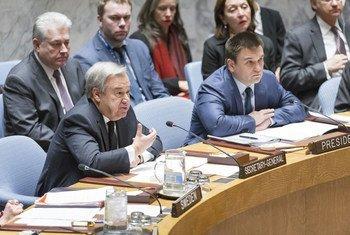 """Le Secrétaire général de l'ONU, António Guterres, (premier rang, à gauche) s'exprimant lors d'un débat du Conseil de sécurité sur le thème """"Le maintien de la paix et de la sécurité internationales: les conflits en Europe"""". Photo ONU / Rick Bajornas"""