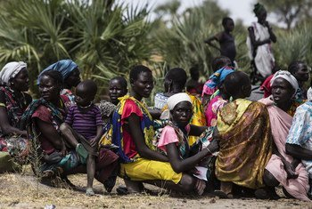 2017年2月,一些妇女在儿基会在南苏丹团结州经营的流动诊所等待子女接受检查,以及提供的补充食物。