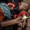 Una profesional sanitaria de Swiss-Kaalmo, socio de UNICEF, recorre el campo de Salamey Idale IDP (Somalia) para dar consejos de salud a madres y niños. Foto: UNICEF/Rich