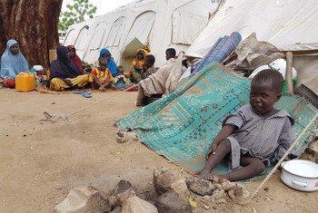 Un garçon pleurant à quelques pas de sa famille à Bama, un ancien bastion de Boko Haram, dans l'Etat de Borno, au Nigeria, où un camp accueille environ 25.000 Nigérians qui ont fui les villages voisins.