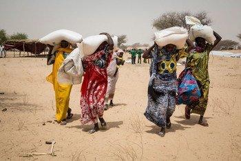 居住在乍得湖一处国内流离失所者营地的人们获得粮食计划署提供的粮食援助。大多数流离失所者来自乍得湖群岛,该地区已经由于不安全的局势而荒废。
