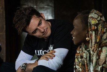 L'Ambassadeur de bonne volonté de l'UNICEF Orlando Bloom discute avec Eta, 12 ans, au Niger. Photo UNICEF/Vincent Tremeau