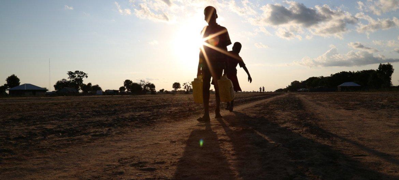 طفلان ينقلان المياه في ولاية الوحدة في جنوب السودان. المصدر: مكتب تنسيق الشؤون الإنسانية