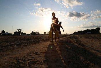 Dos niños cargan agua en Leer, en el estado de Unity en Sudán del Sur, donde se ha declarado la situación de hambruna. Foto: OCHA