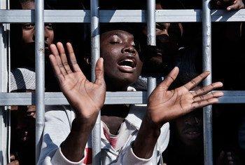 Un migrant derrière les barreaux d'un centre de détention en Libye, le 31 janvier 2017. Photo UNICEF/Romenzi