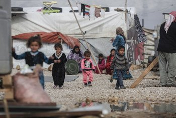 لاجئون سوريون في تجمع للاجئين بوادي البقاع في لبنان.