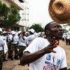 ONUSIDA llama a combatir la discriminación. Foto: ONU/Staton Winter